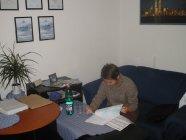 Interiér kancelárie pri práci